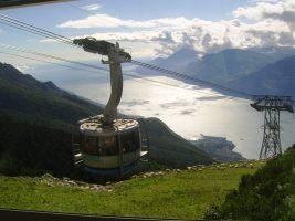 Met de kabelbaan naar de top van de Monte Baldo voor een prachtig zicht op het Gardameer.