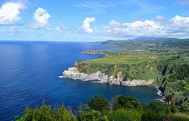 Leg je vinger op het zuiden van Portugal, zo net onder Lisabon, en trek een streep naar links van zo'n 1500 km, de Atlantische oceaan in. Daar bevinden zich de Azoren, een archipel bestaande uit 9 bewoonde (en enkele onbewoonde) eilanden die sinds 1976 een autonome regio vormen van Portugal.